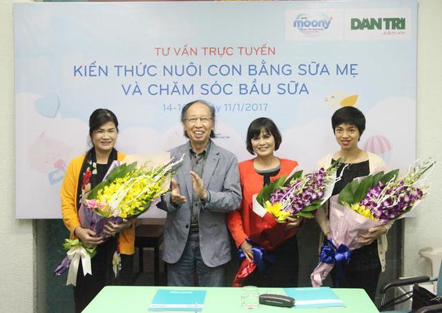 Nhà báo Phạm Huy Hoàn, TBT Báo Dân trí tặng hoa các khách mời